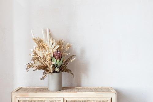 Un bouquet de fleurs séchées dans un intérieur épuré et chic
