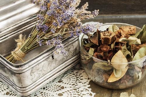 Pot pourri avec de la lavande et diverses fleurs séchées