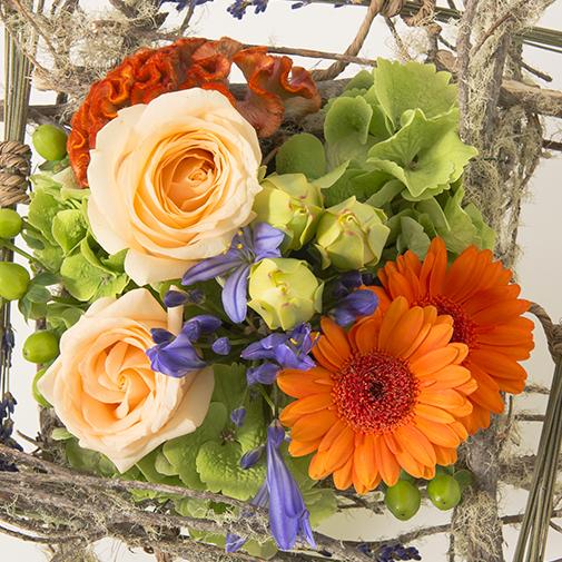 composition carr e et color e de fleurs vari es dans un cadre de branchages interflora. Black Bedroom Furniture Sets. Home Design Ideas