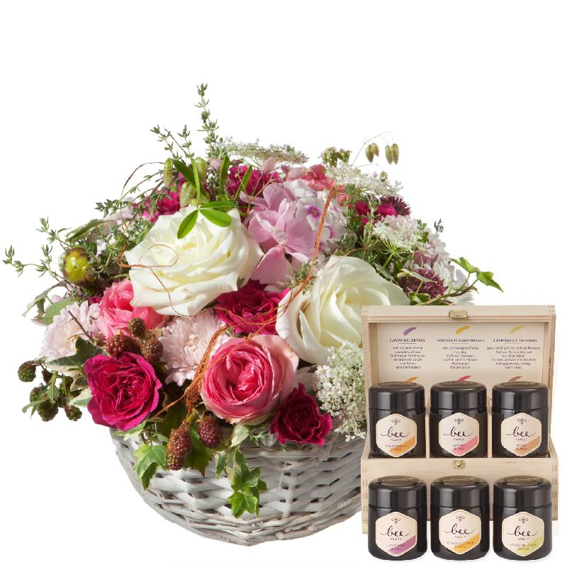 Bouquet de fleurs A Basket full of Poetry with Roses and honey gift set