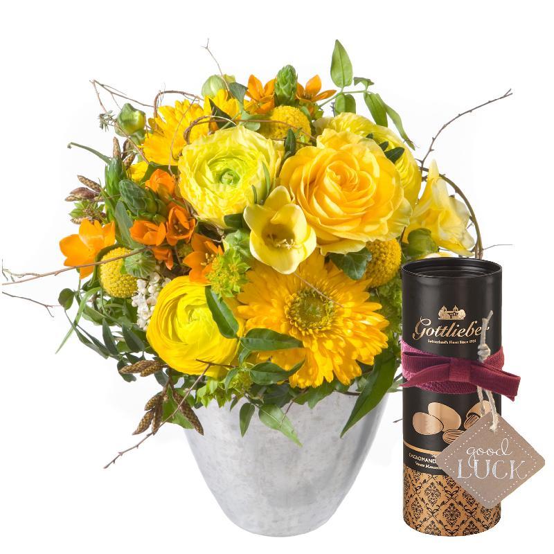 Bouquet de fleurs Little Sunshine with Gottlieber cocoa almonds and hanging gi