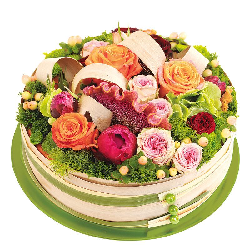 composition en forme de g teau de fleurs multicolores avec des roses interflora. Black Bedroom Furniture Sets. Home Design Ideas