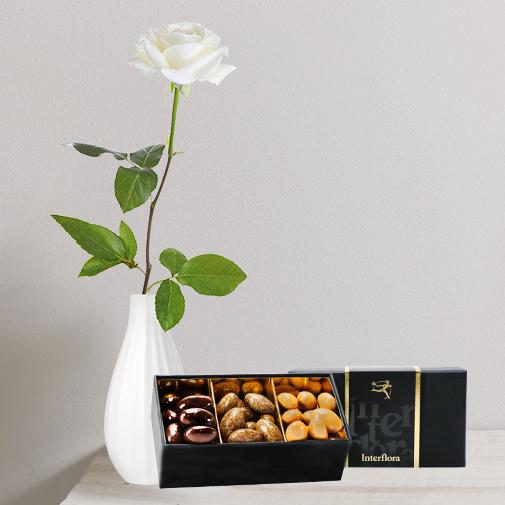 Fleurs et cadeaux Rose blanche et son écrin d'amandes gourmandes